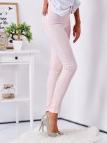 Jasnoróżowe dopasowane spodnie high waist                                  zdj.                                  5