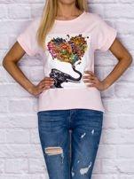 Jasnoróżowy t-shirt z malarskim nadrukiem                                  zdj.                                  1