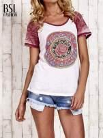 Jasnoróżowy t-shirt z różą efekt acid wash                                  zdj.                                  1