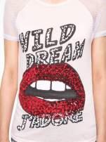 Jasnoróżowy t-shirt z ustami z cekinów i rękawami z siateczki