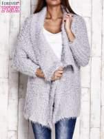 Jasnoszary asymetryczny sweter z szerokim kołnierzem