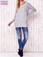 Jasnoszary melanżowy sweter ze skórzanym wykończeniem                                                                          zdj.                                                                         2