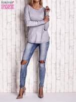 Jasnoszary sweter z okrągłym dekoltem