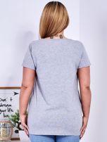 Jasnoszary t-shirt z błyszczącymi gwiazdami PLUS SIZE                                  zdj.                                  2