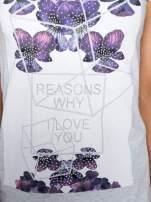 Jasnoszary t-shirt z kwiatowym nadrukiem zdobionym dżetami                                  zdj.                                  8