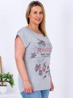 Jasnoszary t-shirt z napisem i motywem roślinnym PLUS SIZE                                  zdj.                                  3