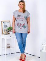 Jasnoszary t-shirt z napisem i motywem roślinnym PLUS SIZE                                  zdj.                                  4