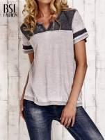 Jasnoszary t-shirt z rozcięciem przy dekolcie efekt acid wash