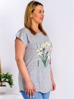 Jasnoszary t-shirt z żonkilami PLUS SIZE                                  zdj.                                  5