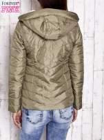 Khaki pikowana kurtka z jasnym wykończeniem                                  zdj.                                  2