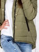 Khaki przejściowa kurtka puchowa z dłuższym tyłem                                  zdj.                                  8