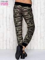 Khaki spodnie dresowe moro z troczkami                                                                          zdj.                                                                         4