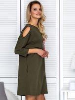 Khaki sukienka damska oversize z perełkami i okrągłą naszywką                                  zdj.                                  3