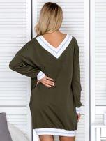 Khaki sukienka z napisem i ściągaczami                                  zdj.                                  2