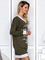 Khaki sukienka z napisem i ściągaczami                                  zdj.                                  5