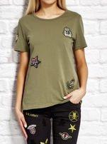 Khaki t-shirt z naszywkami                                  zdj.                                  1