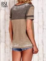 Khaki t-shirt z rozcięciem przy dekolcie efekt acid wash