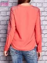 Koralowa koszula z koronkowymi wstawkami na ramionach                                   zdj.                                  2