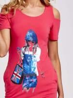 Koralowa sukienka dresowa cut out shoulder z nadrukiem dziewczyny                                  zdj.                                  5