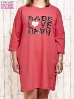 Koralowa sukienka dresowa z napisem BABE PLUS SIZE                                  zdj.                                  1