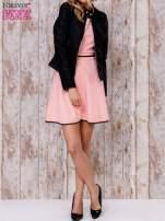 Koralowa sukienka skater z satynową lamówką