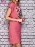 Koralowa sukienka z cekinowym motylem                                                                          zdj.                                                                         3