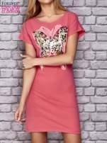 Koralowa sukienka z cekinowym motylem                                  zdj.                                  1