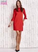 Koralowa sukienka ze stójką i rękawami z falbanką                                  zdj.                                  4