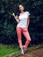 Koralowe spodnie dresowe damskie z podwijaną nogawką                                  zdj.                                  8