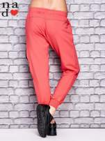 Koralowe spodnie dresowe z zasuwaną kieszonką                                  zdj.                                  2