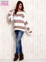 Koralowy puszysty sweter w kolorowe pasy                                  zdj.                                  2
