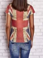 Koralowy t-shirt z nadrukiem brytyjskiej flagi i napisami                                  zdj.                                  2