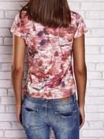 Koralowy t-shirt z nadrukiem moro i napisem LOVE OR LEAVE                                                                          zdj.                                                                         4