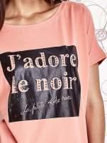 Koralowy t-shirt z napisem J'ADORE LE NOIR                                  zdj.                                  5