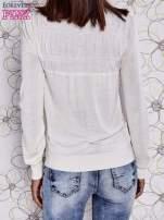 Kremowy sweter z aplikacją i kokardą przy dekolcie                                                                          zdj.                                                                         4