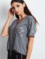 Luźny t-shirt V-neck z błyszczącymi cekinami ciemnoszary                                  zdj.                                  2