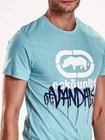 Miętowy t-shirt męski z białym logiem i napisem                                                                          zdj.                                                                         6
