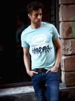 Miętowy t-shirt męski z białym logiem i napisem                                                                          zdj.                                                                         8