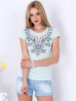 Miętowy t-shirt z etnicznym printem                                  zdj.                                  1