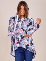 Niebieska bluza w kwiaty z dłuższym tyłem i kapturem                                  zdj.                                  5