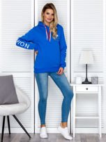 Niebieska bluza z napisami na rękawach                                  zdj.                                  4