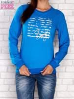 Niebieska bluza z tekstowym nadrukiem                                  zdj.                                  1