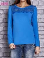Niebieska bluzka z koronkową wstawką                                  zdj.                                  1