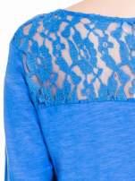 Niebieska bluzka z koronkowym karczkiem                                  zdj.                                  7