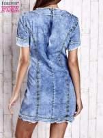 Niebieska jeansowa sukienka z surowym wykończeniem                                                                          zdj.                                                                         4