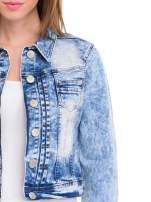 Niebieska kurtka jeansowa damska z marmurkowego denimu                                  zdj.                                  5