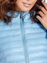 Niebieska lekka kurtka puchowa z kapturem                                  zdj.                                  6