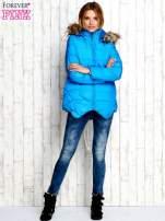 Niebieska ocieplana kurtka z futrzanym wykończeniem kaptura