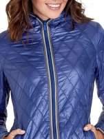 Niebieska pikowana kurtka typu husky