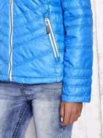 Niebieska pikowana kurtka z wykończeniem w groszki                                  zdj.                                  9